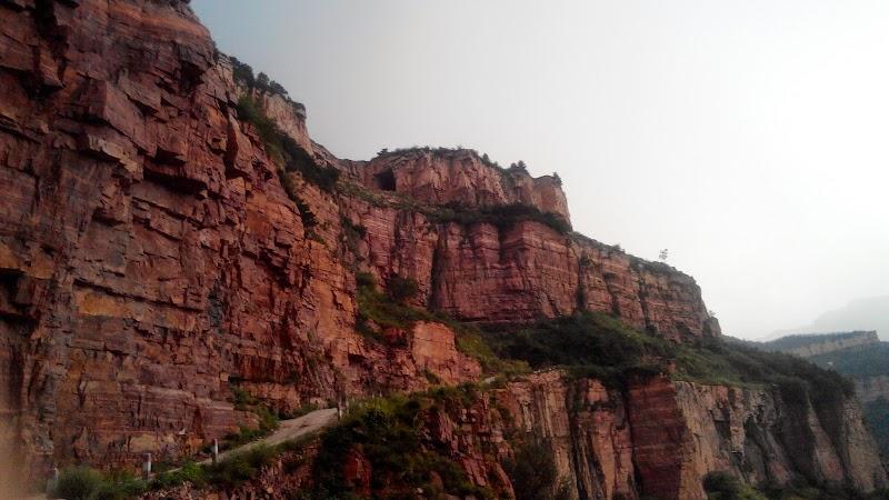 陡峭的山路,狭窄的地方只容一辆汽车通过。